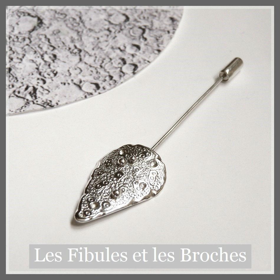 Broche fibule en argent ciselé motif lunaire